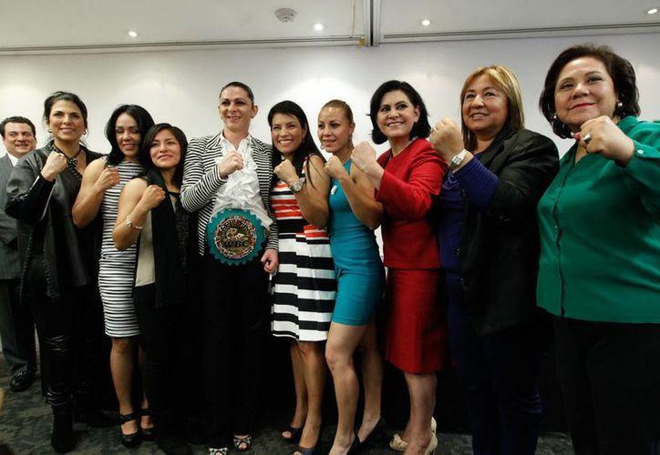 La senadora Ana Gabriela Guevara (al centro) confió en que los atletas que son candidatos de algún partido político tienen grandes posibilidades de ganar en las próximas elecciones. (Notimex)