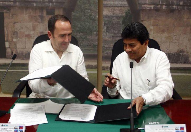 El director del IMPI, Miguel Margáin, y el rector de la UTM, Ariel Aldecua., renuevan el convenio por primera vez desde 2006. (Christian Ayala/SIPSE)