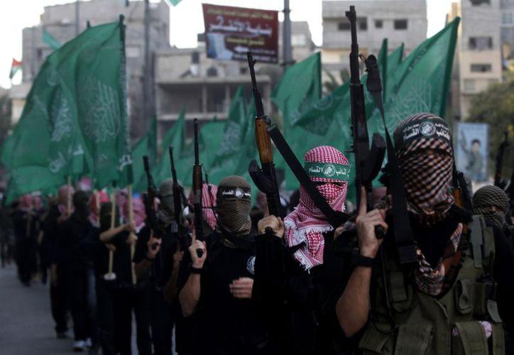 """Miembros de la """"Ezz Qassam Al-Din Al""""  marcha como parte de las actividades de Hamas para conmemorar el próximo aniversario 25 de su fundación. (Agencias)"""