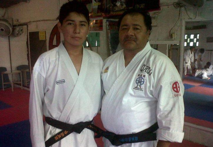 Leonardo Castillo y Domingo González Palavicini, entrenador.  (Raúl Caballero/SIPSE)