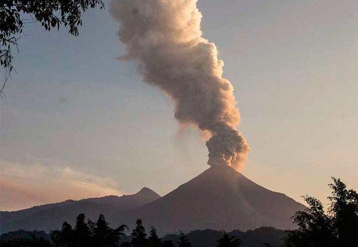 El Volcán de Fuego, ubicado entre Colima y Jalisco, puso en alerta a las autoridades, tras una 'larga' exhalación con altura de 2,000 metros de humo y ceniza. (excelsior.com.mx)