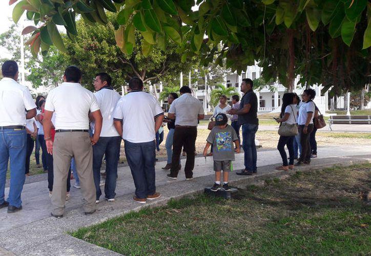 Los profesores se reunieron en la Explanada de la Bandera para entregar al Gobierno del Estado un oficio. (Foto: David de la Fuente)