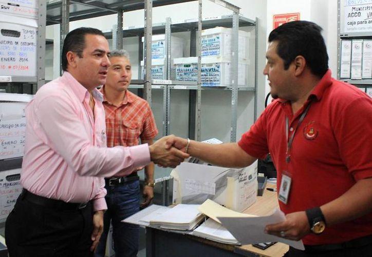 Las autoridades de la isla acudieron al municipio de Solidaridad para entregar la documentación. (Cortesía/SIPSE)