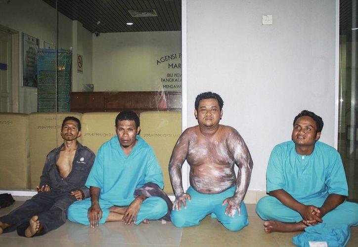 Imagen de la Agencia Marítima de Malasia que muestra a algunos de los supervivientes del naufragio en Tanjung Sedeli. (EFE)