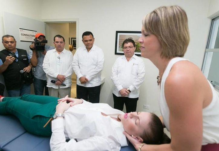 El gobernador Rolando Zapata observa uno de los tratamientos de que desde este lunes se realizan en la Clínica de Osteopatía del Hospital Escuela 'Dr. Agustín O'Horán'. (Fotocortesía del Gobierno de Yucatán)