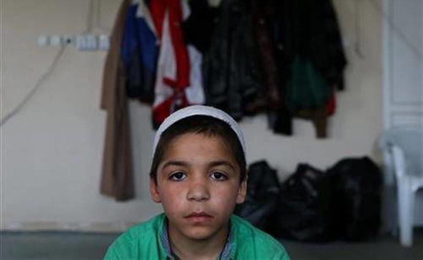 Fotografía de un niño de la ciudad de Sanliurfa, Turquía, cuyos padres desaparecieron al asisitir a un centro de enseñanzas islámicas. El Estado Islámico enseña a menores videos de decapitaciones con el objetivo de prepararlos para ejecutar infieles. (Archivo/ AP)
