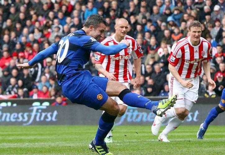 Robin Van Persie marca de penalti contra el Stoke City durante el partido de la Premier League. (EFE)