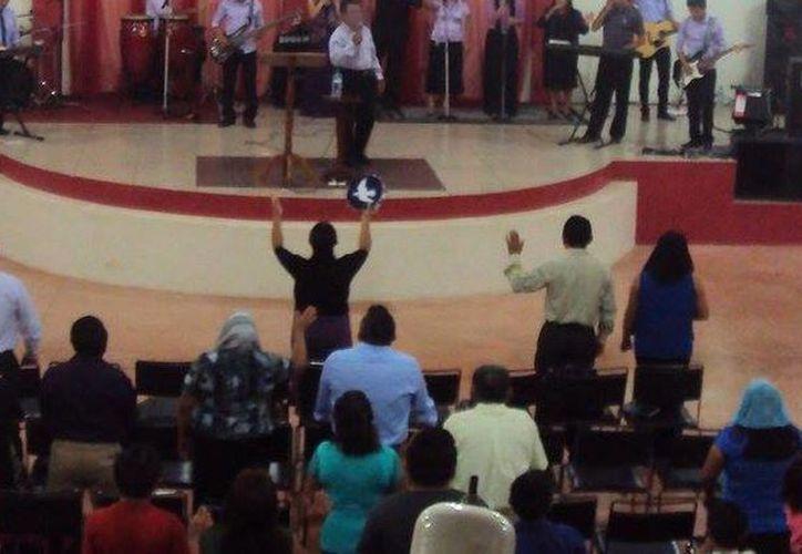 A finales de año pasado se otorgaron seis certificados a igual número de iglesias, para sumarse a las 150 asociaciones religiosas existentes en Yucatán. Imagen de contexto de un servicio, en una iglesia cristiana de Mérida. (Facebook Iglesia Cristiana Mahanaim)