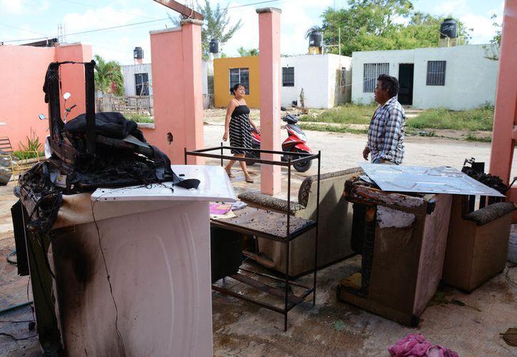 Una veladora provocó el incendio que finalmente fue controlado en su totalidad. (Victoria González/SIPSE)