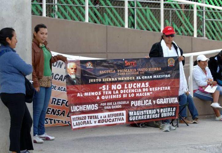 En Guerrero, maestros de educación básica, media y superior no iniciarán el ciclo escolar 2015-2016 sino hasta que se abrogue la reforma educativa. En la foto, una de las protestas contra esto último. (Notimex)
