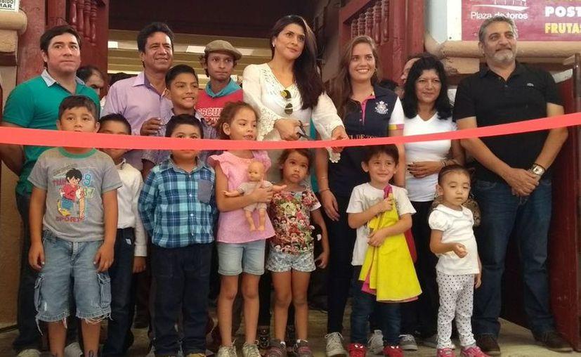 Emotivo fue el corte del listón en la Plaza de Toros Cancún. (Ángel Villegas/SIPSE)
