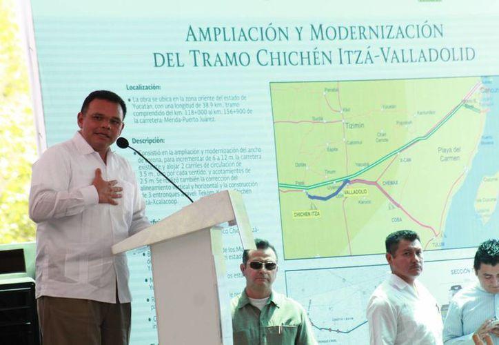 Durante la inauguración de la ampliación y modernización del tramo Chichén Itzá-Valladolid el Gobernador declaró que en 2015 el turismo estatal tuvo un crecimiento mayor al de la media nacional. (Fotos: Jorge Acosta/Milenio Novedades)