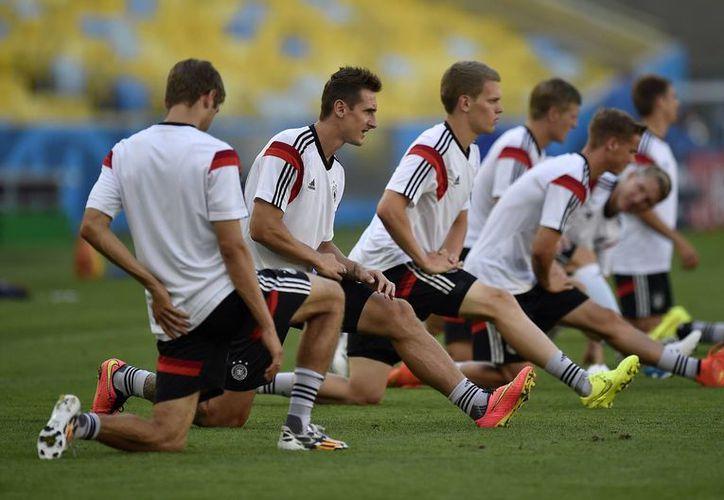 En segundo plano aparece el goleador Miroslav Klose, quien será titular por Alemania en el partido de cuartos de final contra Francia. (Foto: AP)