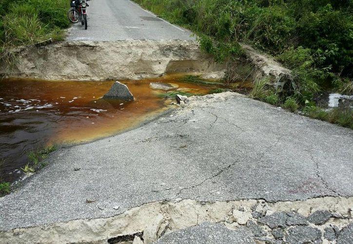 Pretenden evitar que se presenten inundaciones o rompimiento de la carretera federal. (Harold Alcocer/SIPSE)