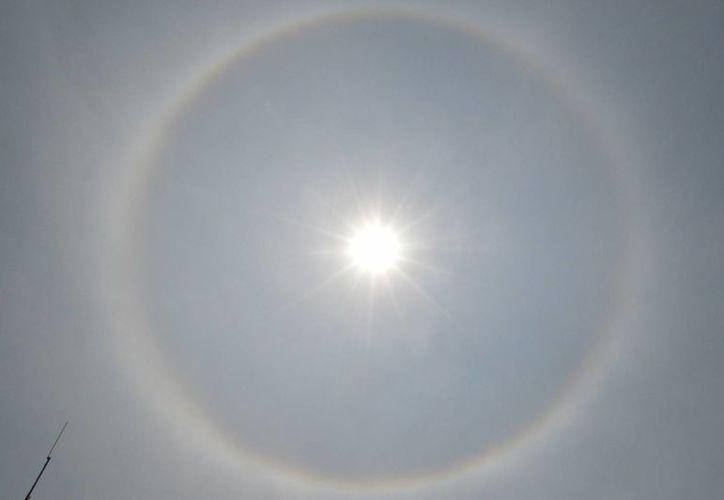 El halo es un fotometeoro en forma de anillo luminoso de 22 a 46 grados centrado sobre un astro. (Notimex)