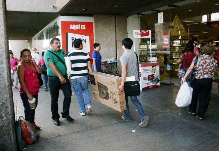 El uso de las tarjetas de crédito entre la población presentó una disminución de 3.6% en comparación con el año anterior. Imagen de la afluencia de compradores durante El Buen Fin de este año. (Milenio Novedades)