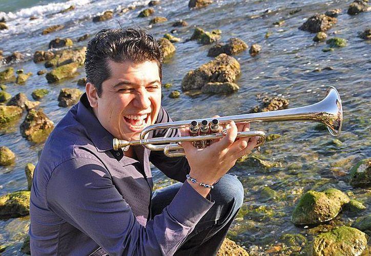 El trompetista Pacho Flores se presentó en el teatro Felipe Carrillo Puerto, en el marco del FICMaya 2014. (venezuelasinfonica.com)