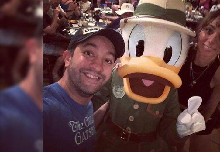 Chumel Torres y Natalia Téllez decidieron publicar fotos de sus vacaciones, donde pueden verse en uno de los parques de Disney en Orlando, Florida. (Vanguardia MX)