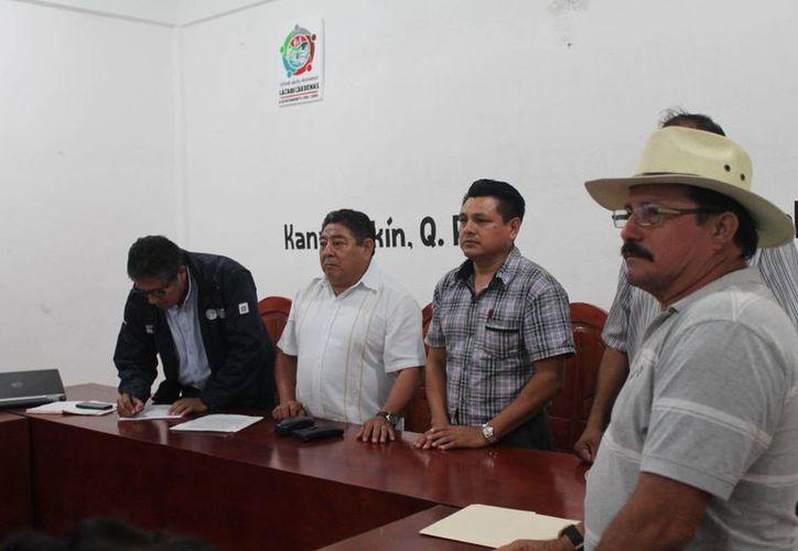 Los ejidatarios se reunieron con el representante de la Conanp. (Raúl Balam/SIPSE)