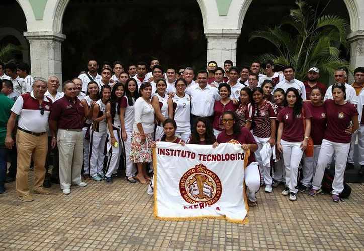 El gobernador Rolando Zapata Bello abanderó a la delegación de atletas que irá a la Olimpiada Nacional. (Milenio Novedades)