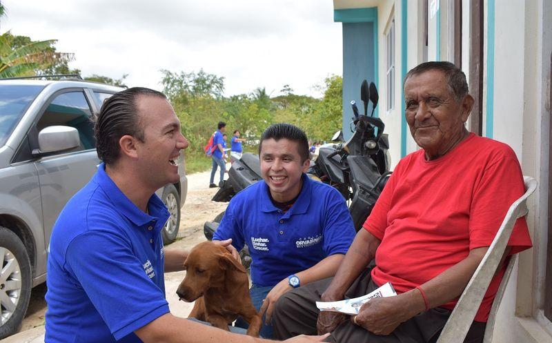 Carlos Orvañanos Rea, candidato a diputado por el distrito 7 caminó por el asentamiento irregular Valle Verde. (SIPSE)