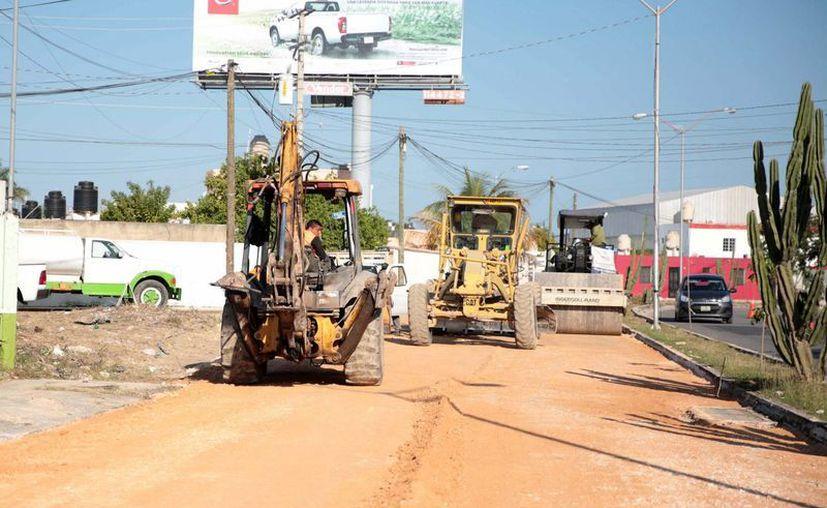 Continúan los trabajos del programa de Obras de Infraestructura Vial. Este miércoles el Alcalde estuvo en la colonia Mérida, al norponiente. (Fotos cortesía del Ayuntamiento)