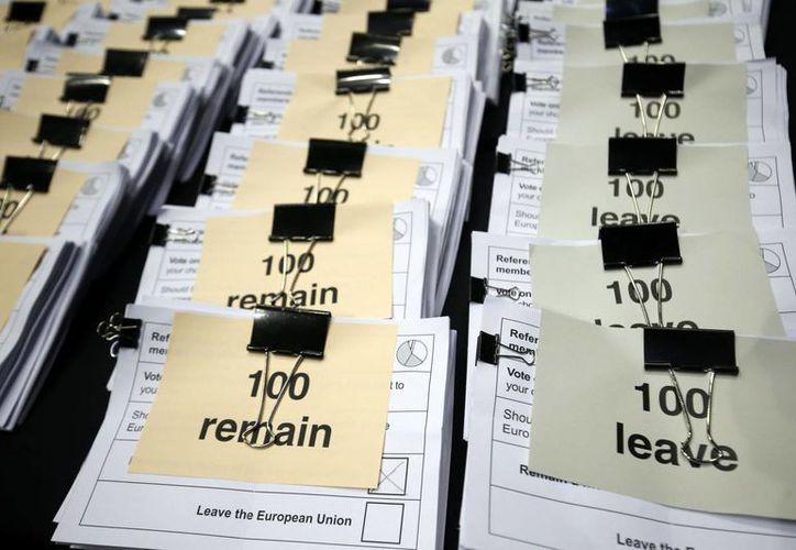 El recuento final de los votos de este histórico referéndum se dará a conocer la mañana del viernes, tiempo del Reino Unido. Todo indica que el país decidió dejar de pertenecer a la Unión Europea. (AP)