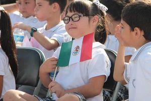 Ondea la Bandera mexicana en la Riviera Maya