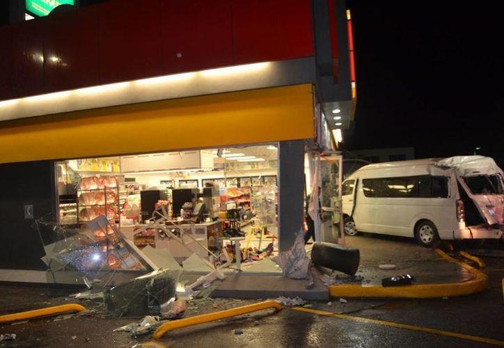 Una camioneta de turismo destruyó la fachada de una tienda de conveniencia en Playa del Carmen. (Redacción/SIPSE)