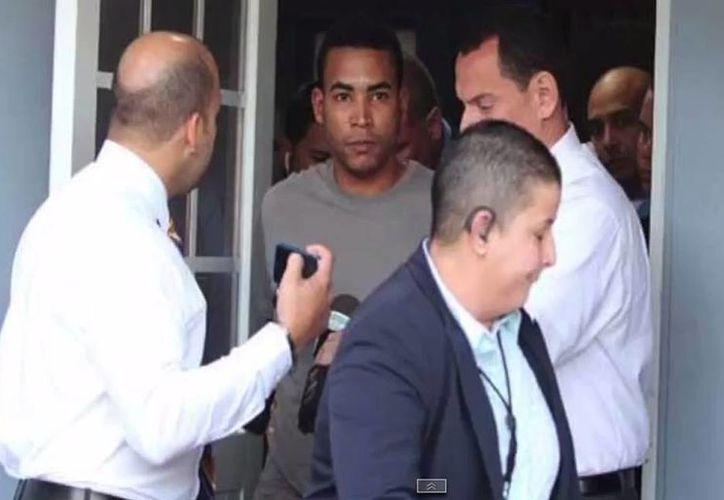 Imagen al momento en donde el superastro del reggaetón es arrestado bajo sospechas de violencia doméstica. (Youtube/Ryan Rivas)