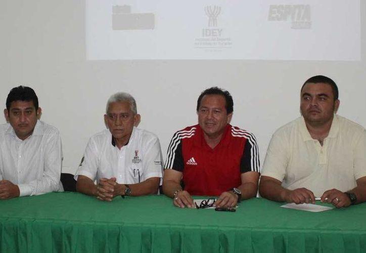 Directivos del Circuito Yucateco de Baloncesto hicieron la presentación. (Milenio Novedades)