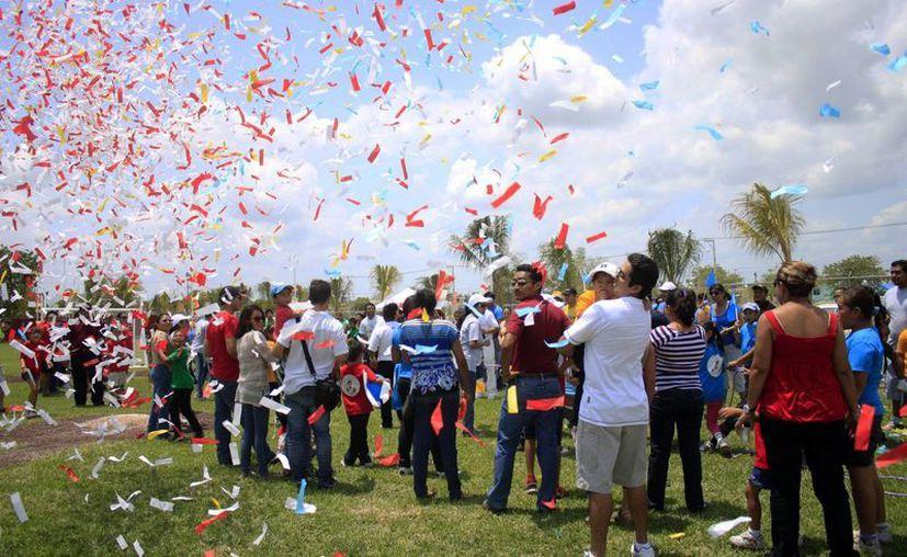 Decenas de niños  acudieron ayer a y disfrutar de las Mini Olimpiadas con motivo de la celebración del mes del niño. (Enrique Mena/SIPSE)