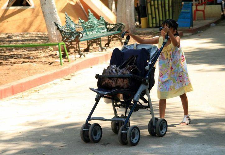 Mientras unos niños juegan a ser grandes, otros prácticamente viven como tales. (José Acosta/SIPSE)
