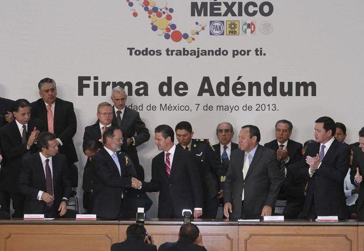 El presidente Enrique Peña Nieto y los dirigentes del PRI, PAN y PRD durante la firma del adéndum al Pacto por México, en Palacio Nacional, este martes. (Notimex)
