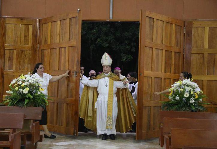 El arzobispo Gustavo Rodríguez Vega realizó el acto de la apertura de la Puerta Santa. (Israel Leal/SIPSE)