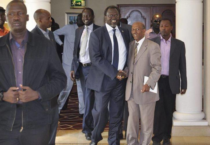 El líder rebelde sursudanés Riek Machar (3d) llega a una reunión para alcanzar un acuerdo  con el presidente de Sudán del Sur, Salva Kiir (no visible en la foto), en Adis Abeba. (EFE)