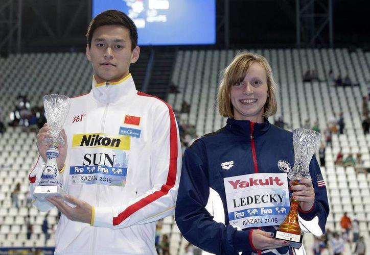 El chino Sun Yang y la estadounidense Katie Ledecky reciben los trofeos reservados para los mejores deportistas del Campeonato Mundial de Natación de Kazán. Los horarios a medianoche en los Juegos Olímpicos de Río de Janeiro el año que viene, podrían afectar el desempeño de los deportistas. (Archivo/AP)