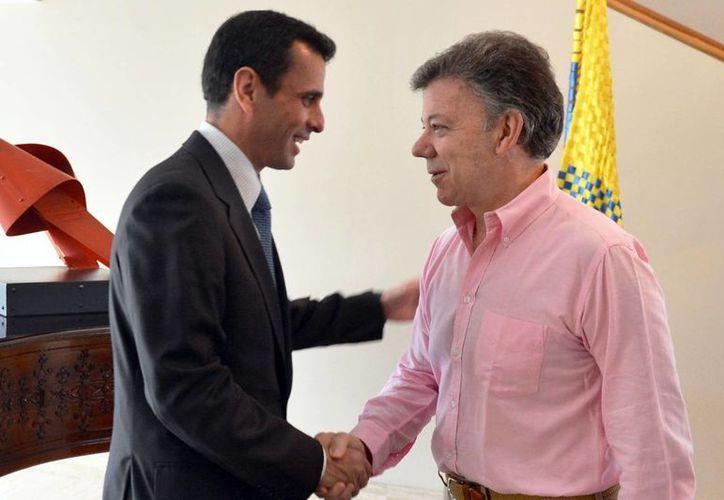 El excandidato presidencial de Venezuela, Henrique Capriles, con el presidente de Colombia, Juan Manuel Santos. (Agencias)