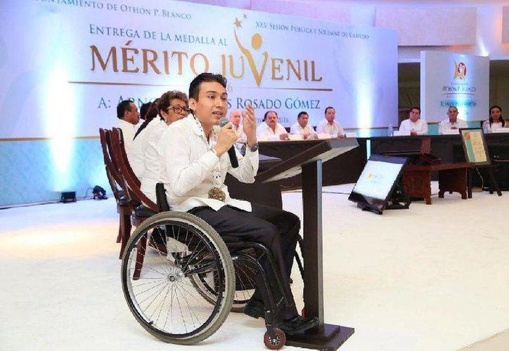 Arnold Stivens Rosado Gómez estuvo acompañado de sus padres. (Contexto/ uqroo.mx)