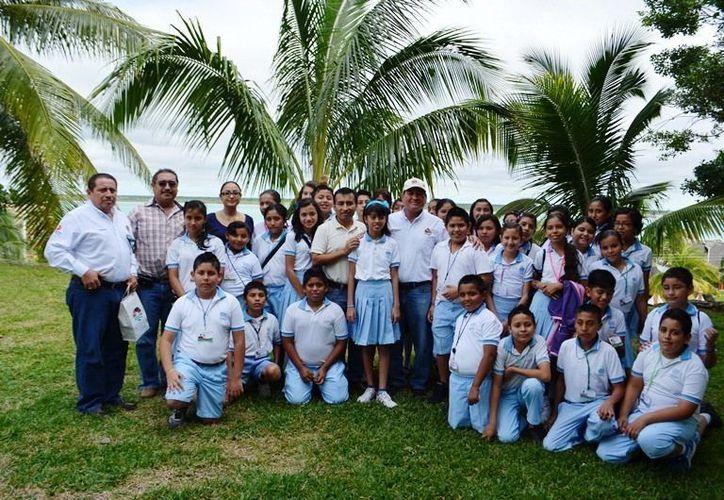"""Estudiantes de la Escuela Primaria """"Naciones Unidas"""" difunden atracciones del centro turístico. (Juan Carlos Gómez/SIPSE)"""