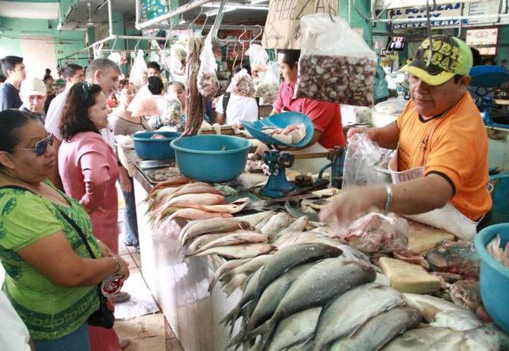 La sección de pescados y mariscos del mercado Lucas de Gálvez estuvo muy concurrida en este fin de semana.  (Foto: Milenio Novedades)