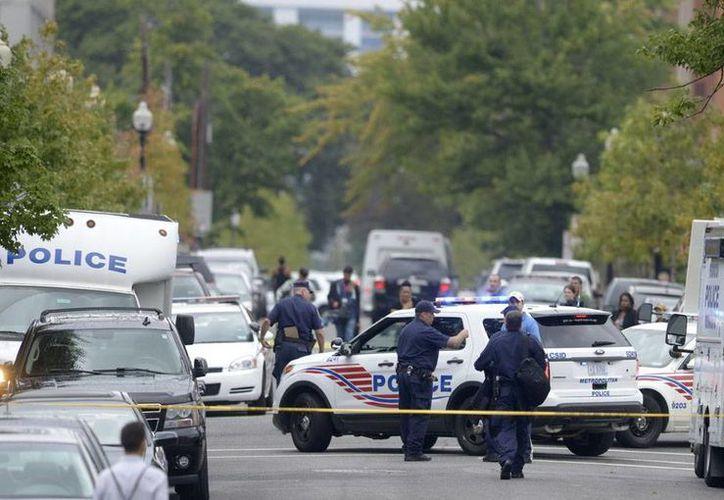 Policías patrullan el lugar de un tiroteo ocurrido en las instalaciones de la Marina en Washington D.C. (Efe)
