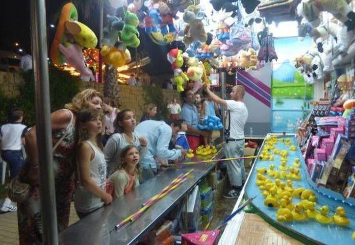 En promedio 10 mil personas al día visitan la Feria   de Playa del Carmen.  (Foto del contexto/INTERNET)