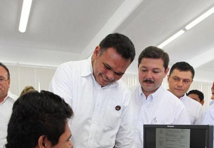 El titular del poder ejecutivo, Rolando Zapata, saludo de mano a los jóvenes estudiantes. (SIPSE)