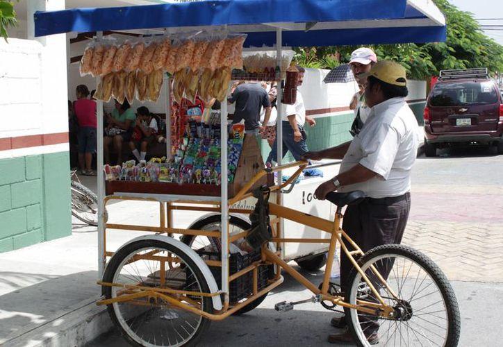Un contribuyente que genera 18 mil pesos de ganancia, debería pagar al SAT, cuatro mil pesos, razón por la que comerciantes evaden al fisco. (Israel Leal/SIPSE)