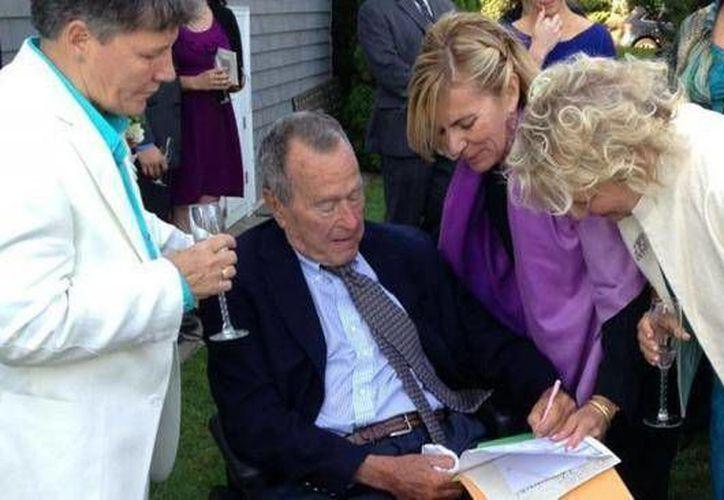 El expresidente asistió a la ceremonia junto a su esposa Barbara. (Agencias)
