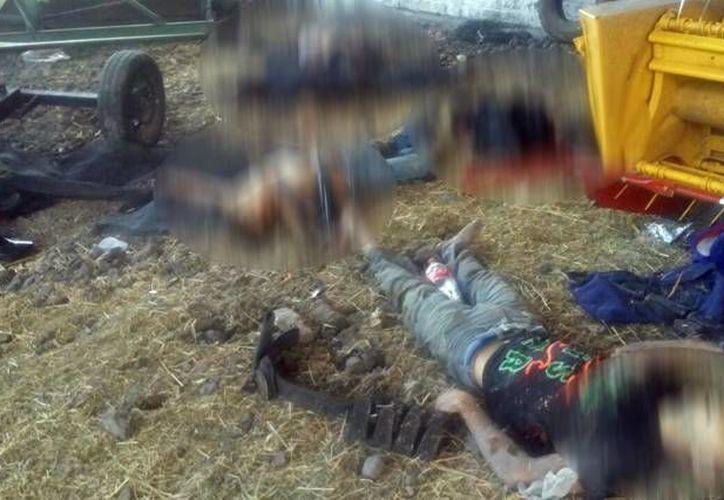 Visitadores de la CEDH asegura que las personas que fallecieron en los hechos de Tanhuato no presentan tiro de gracia. Imagen de archivo de los cuerpos de las víctimas que fallecieron en el enfrentamiento del 22 de mayo. (Archivo/AP)