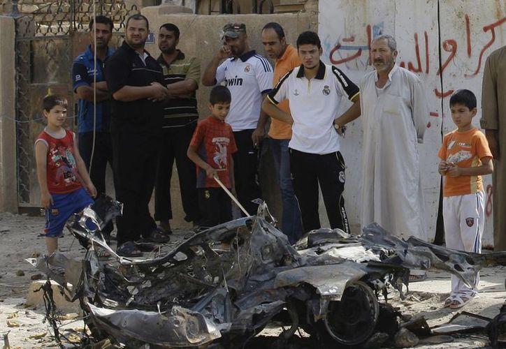 Restos de un vehículo cargado de explosivos utilizado en un ataque en el barrio chií de Husseiniyah, en Bagdad. (Agencias)