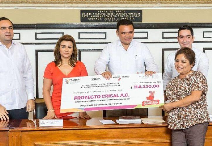 El gobernador Rolando Zapata Bello entregó apoyos a 47 organizaciones civiles de la entidad que ofrecen atención a grupos en situación vulnerable. (yucatan.gob.mx)