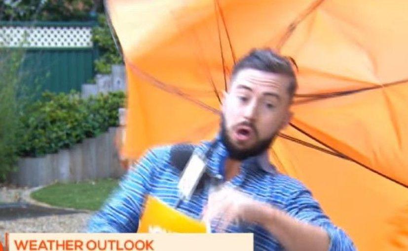 Un joven salió volando mientras transmitía en vivo el estado del tiempo, debido al fuerte viento. (Impresión de pantalla)